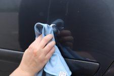 Kratzer im Lack entfernen polieren Mikrofasertuch Hand Autolack