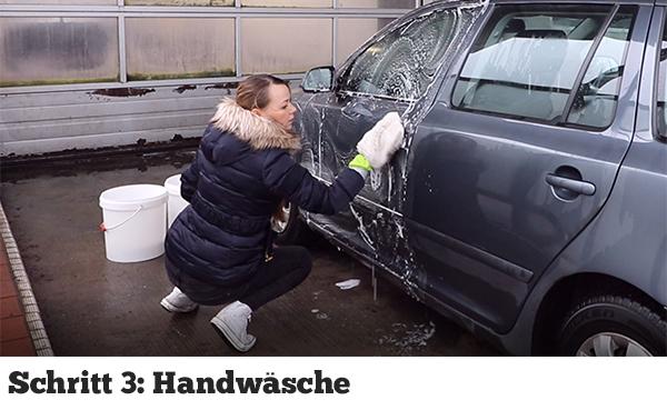 Handwäsche am Auto mit einem Waschhandschuh