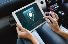 Gadget Auto Innenraum Hände Tablet Ortung GPS System Tracking