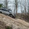 Mitsubishi Pajero Rallye Auto bergab offenes Gelände Wald