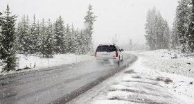 Auto SUV Winter Schnee Straße Landschaft Frost Eis Tannen