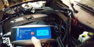 Autobatterie Ladegerät mit Display im Motorraum Test