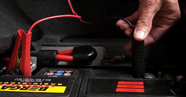 Anschließen der Klemmen eines Autobatterie Ladegeräts