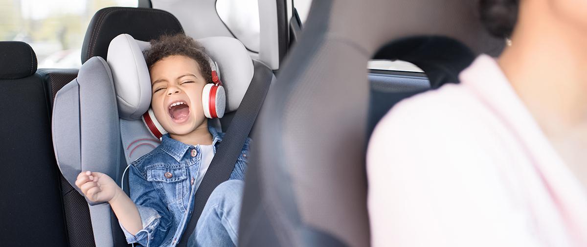 Nerviges Kind auf dem Rücksitz