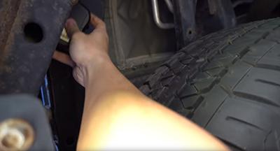 GPS Tracker Anbringung im Radkasten vom Auto